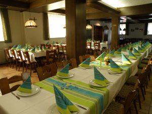 Für Festlichkeiten wie Hochzeiten, Polterabende, Geburtstage oder andere Anlässe steht Ihnen unser großer, abtrennbarer Saal zur Verfügung.