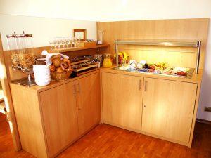In unserem komplett neugestalteten, elegant eingerichteten Frühstücksraum begrüßen Sie den Tag mit einem umfangreichen Frühstücksbuffet an der Kühltheke.
