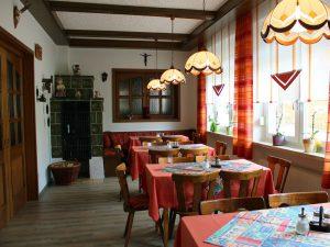 In unserem gemütlichem Kaminzimmer können Sie in bayerisch uriger Atmosphäre gemütlich verweilen und entspannen.